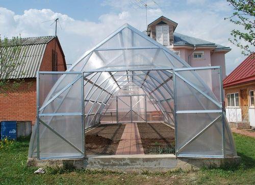 Теплица из поликарбоната треугольной формы